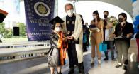 Çocukluğunda tedavi için geldiği üniversiteden birincilikle mezun oldu