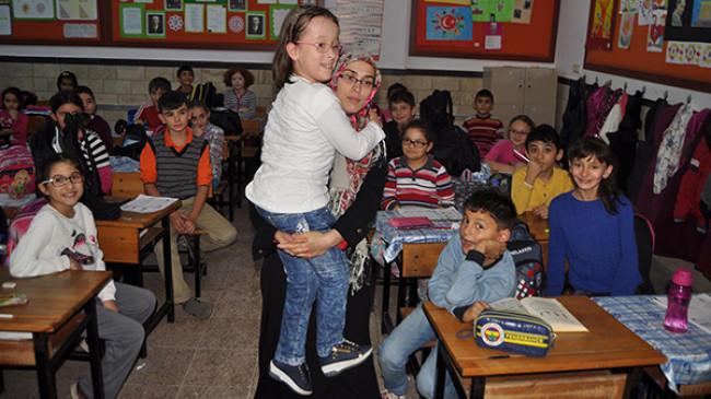 Engelli kızı için okuldan ayrılmıyor
