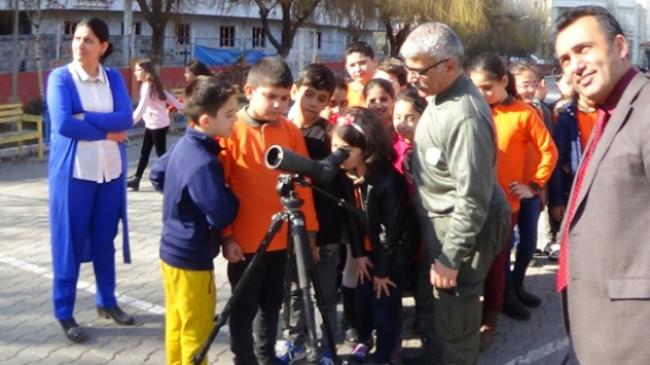Iğdırlı öğrencilere teleskopla uygulamalı eğitim